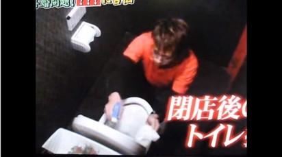 前天團男星成廉價打工仔 淪賣簽名板餬口 | 44歲的山本淳一也要清掃廁所。翻攝自YOUTUBE。
