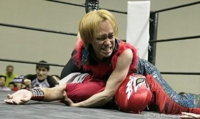 前天團男星成廉價打工仔 淪賣簽名板餬口 | 山本淳一也到摔角場打工。翻攝自YOUTUBE。