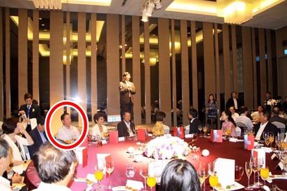 華航工會宣布請假行動 正妹地勤不挺   葛作亮(紅圈處)為前董座孫洪祥歡送會的座上賓,當時空服員正在罷工。(圖翻攝自段宜康臉書)