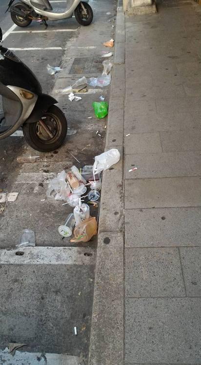 新北投居民怒吼:抓寶可夢也要顧公德心! | 機車停車格與人行道間,也有很多垃圾。(翻攝王奕凱臉書)