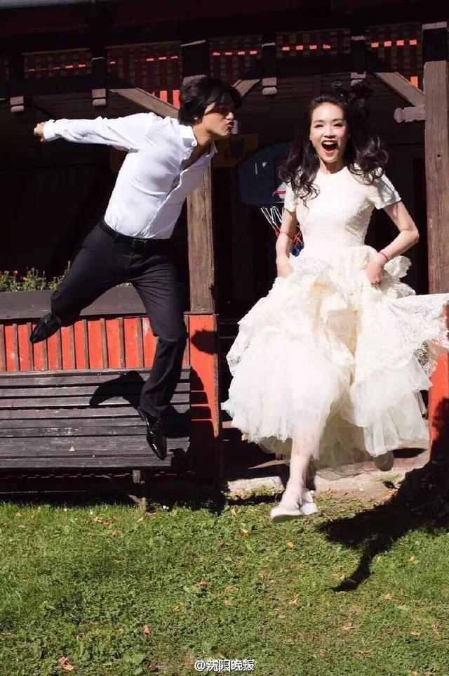 倆人俏皮的拍攝婚紗,走簡單路線,完全是舒淇女神,喜歡簡單、不浮誇的風格。翻攝自微博。