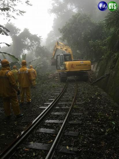 快訊! 阿里山森林鐵路遇土石流 今日停駛 | 維修人員進駐。