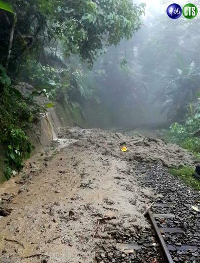 快訊! 阿里山森林鐵路遇土石流 今日停駛 | 鐵軌遭土石流淹沒。