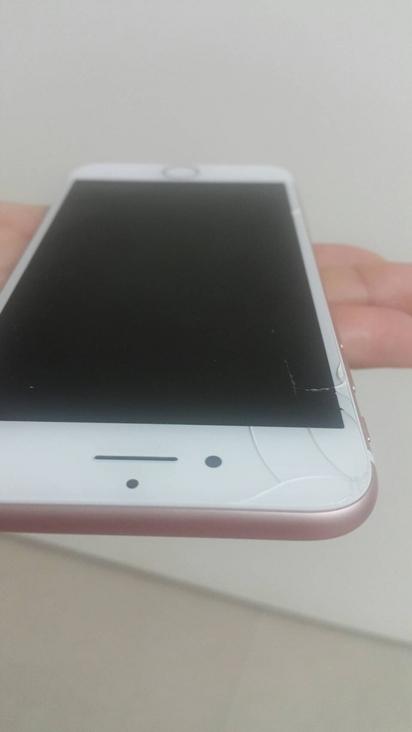 全台首起! 她的i7購入未達24hr螢幕摔裂 | 螢幕左上角有明顯裂痕。