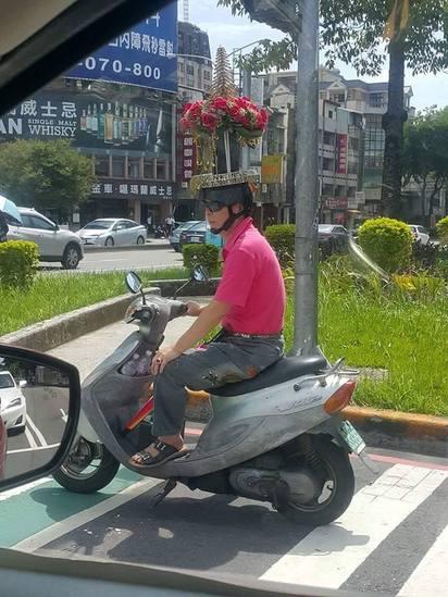台中阿伯騎車 安全帽花團錦簇超狂!  
