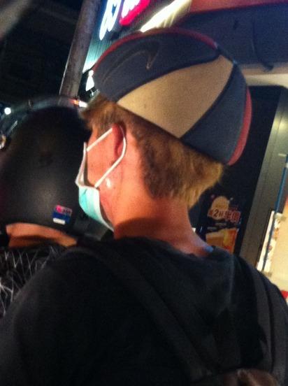 時尚的尖端?! 多功能安全帽網友看傻 | 民眾疑似將洩氣籃球當安全帽戴(Dcard)