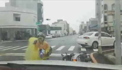 【影】台南放半天! 嬤冒風雨接孫遭風吹倒 | 阿嬤被風吹得站不穩。(小玉王提供)