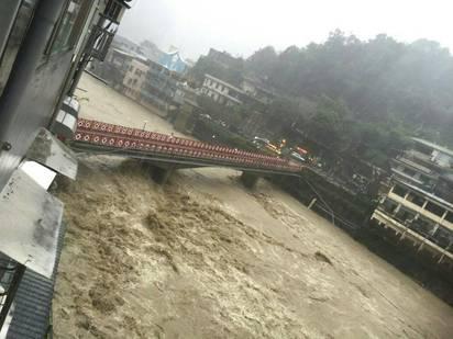 【圖】溪水暴漲加土石流 烏來道路又斷! | 水位飆高。