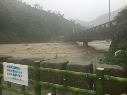 【圖】溪水暴漲加土石流 烏來道路又斷! | 水位高漲。