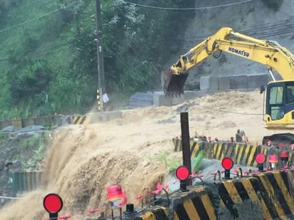 【圖】溪水暴漲加土石流 烏來道路又斷! | 部份道路中斷。