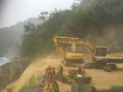 【圖】溪水暴漲加土石流 烏來道路又斷! | 持續搶修中。