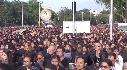 泰王蒲美蓬駕崩民眾低落 政府專線輔導   民眾身穿黑衣服喪