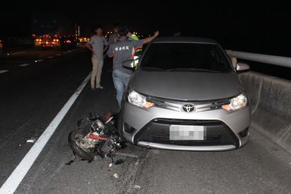 6旬婦騎機車上國道 引發連環追撞1死 | 婦人被輾斃。