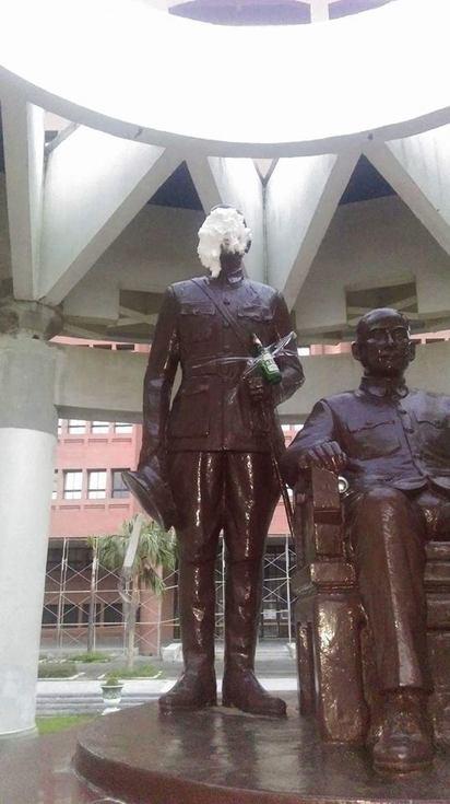 蔣公誕辰紀念日 中山大學銅像遭砸奶油 | 手上黏酒瓶。