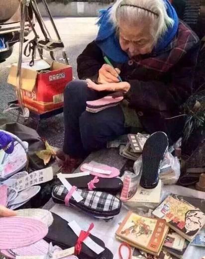 鞋墊奶奶遭中年男暴打 頭破血流送醫命危 | 老奶奶平常在街頭賣鞋墊。