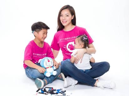 曾馨瑩生日這天 捐款作公益助聽障兒   曾馨瑩抱著小女兒QQ。