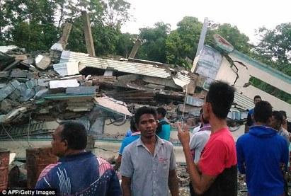 印尼規模6.5強震 傳至少18死.傷亡數恐增 | (翻攝每日郵報)
