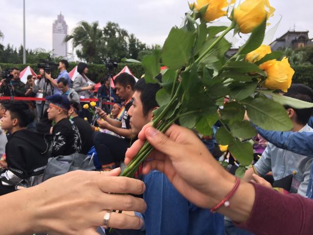 花店贈送6千朵「6色玫瑰花」免費給現場民眾