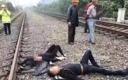 【影】驚悚! 平交道柵欄未放下 火車撞上2車釀4傷 | 休旅車受傷的其中2人。