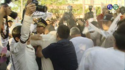 【影】反同婚群眾不滿初審通過 衝總統府抗議 |