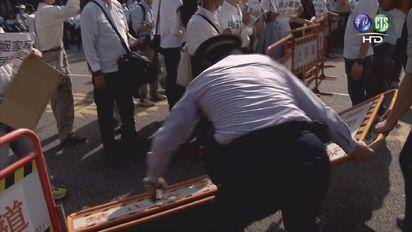 【影】反同婚群眾不滿初審通過 衝總統府抗議 | 群眾推倒告示牌。