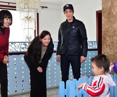 王力宏李靚蕾2個女兒不夠! 陪孤兒一起過年 | 王力宏(左)與老婆攜手做公益。(春暉博愛提供)