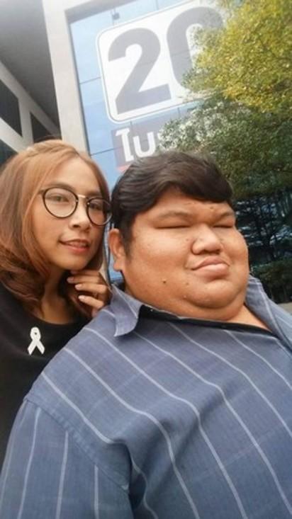 愛上120公斤「肥醜男」 俏護士:想幫他生小孩!   體型外貌差距讓他們成為外界議論焦點。(圖/翻攝自Puwadol Kumthai臉書/下同)