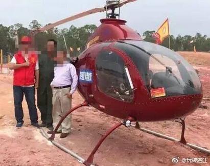 霸氣! 大陸土豪開大紅直升機掃墓 | 親友上前合照。