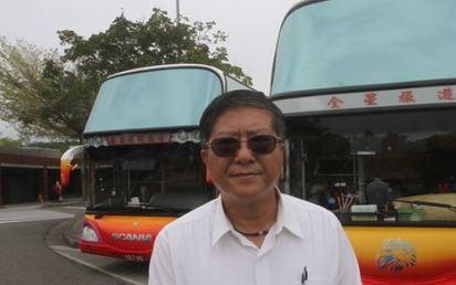 蝶戀花被撤牌還偷載客 扣車開罰10萬元   林監理站長吳孟峰表示,民眾搭乘註銷牌照遊覽車車禍受傷,保險公司拒絕理賠。翻攝自蘋果。
