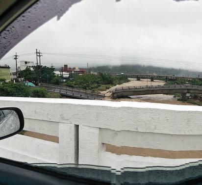 暴雨成災 金山磺溪橋斷成兩截! |