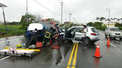 嘉義朴子3車連環撞 7人受傷送醫搶救 | 3輛車子撞在一塊。