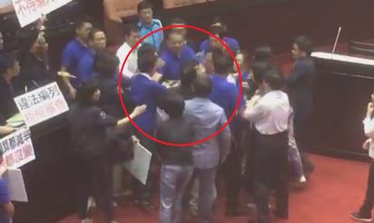 【影】立院二次臨時會 藍綠立委爆推擠衝突 | 藍綠吵成一團。