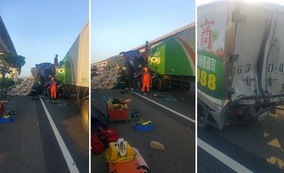 國道一號3車追撞2死 中壢幼獅段堵塞   消防人員搶救。