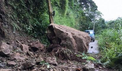 南投落石導致9採茶工受困 國軍支援脫困 | 落石。