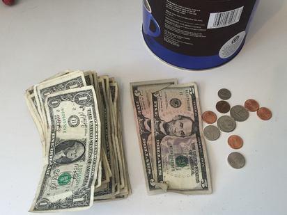 【影】流浪貓變身守財貓 最愛躺在鈔票上滾 | 老闆將守財貓賺來的錢全部捐給公益組織(翻攝臉書CASHnip Kitty)