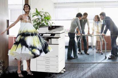 全世界都變麻豆的伸展台 P圖高手幽默了時尚   將伸展台上的模特兒置入進辦公室。