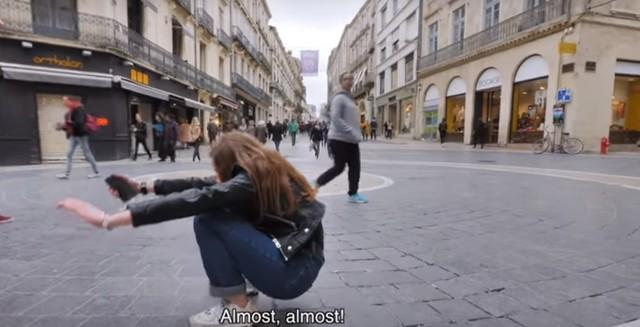 亞洲蹲有多難? Youtuber實測外國人跌個東倒西歪   取自Youtube/Xinshidandan 信誓蛋蛋