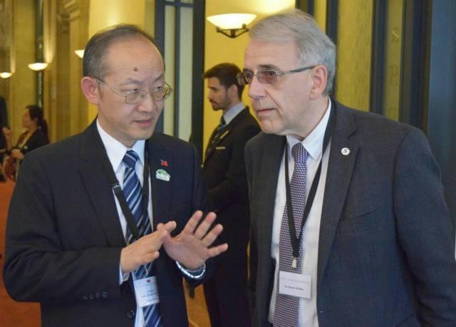 歐洲議會.議員支持台灣參與WHA 外交部:誠摯感謝   我駐日內瓦辦事處陳處長龍錦(左)與「世界醫師會」(WMA)會長Dr.Otmar Kloiber(右)在我方主辦之WHA國際酒會中交換意見。