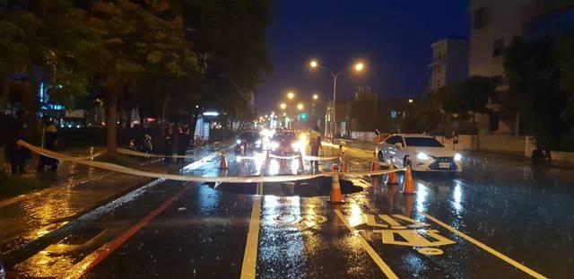 台南市路面塌陷 一騎士受傷送醫 | 台南路面塌陷
