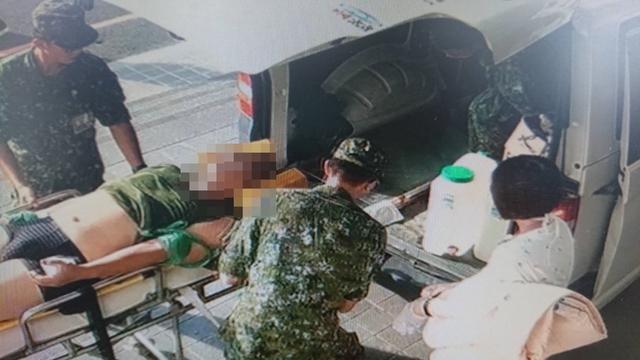 油料閃燃! 陸軍564旅火燒車 士官臉部灼傷無大礙   昨天台南陸軍564旅楊士官不慎遭油料起火灼傷,送醫急救。