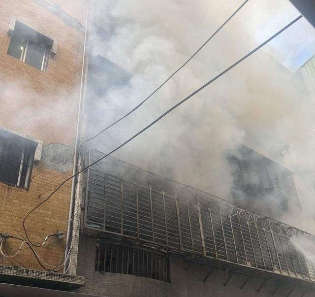 新北八里民宅大火竄燒 3人無生命跡象   (翻攝畫面)