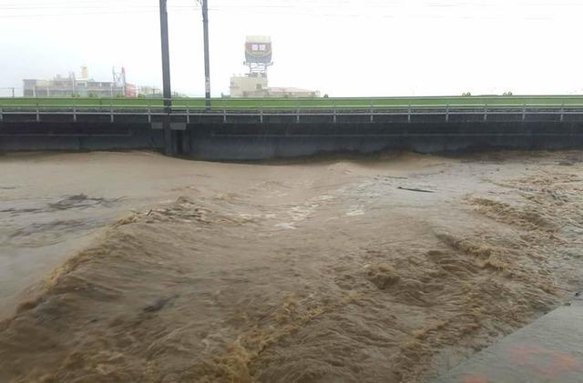 最新》台鐵橋頭=岡山水位超過警戒 雙向不通   因豪雨影響,橋頭=岡山間385K+500處(牛埔溪橋)水位超過警戒線,14:00暫時雙線不通。(台鐵提供)