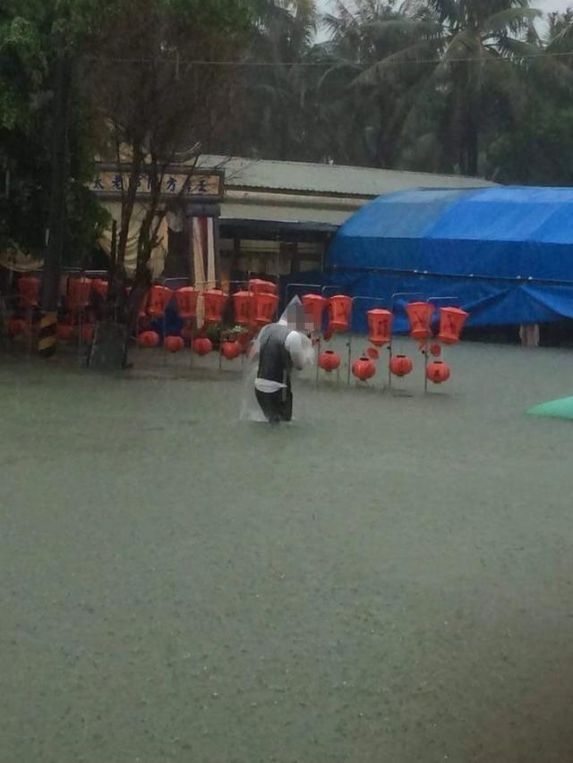 豪雨重創台南 民眾告別式被迫中斷 | 告別式會場一片汪洋