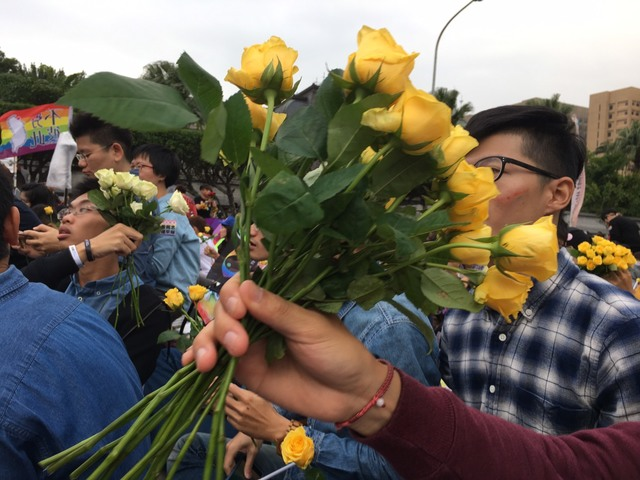 前年同志大遊行發黃玫瑰,給現場參與者。(資料照片)