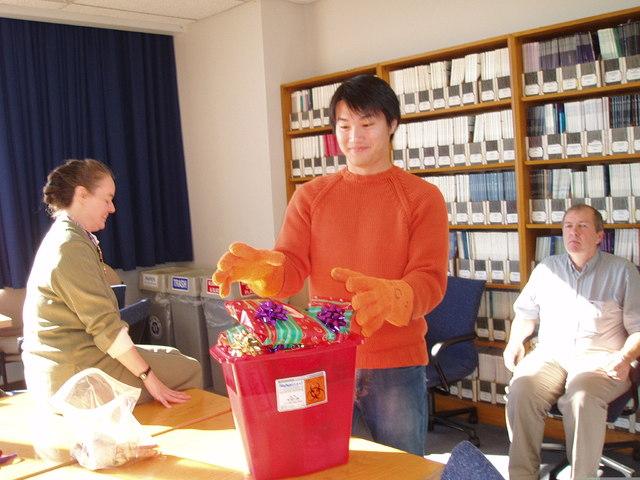 招名威在美國攻讀毒物博士,禮物也用毒物箱裝盛,相當風趣