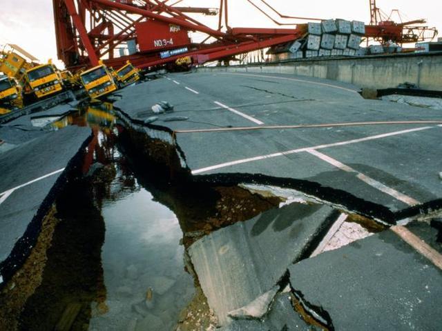 強震大海嘯重創印尼 屋毀橋斷至少384死 | 印尼強震摧毀道路,連大橋也被破壞斷裂。(翻攝國家地理雜誌)