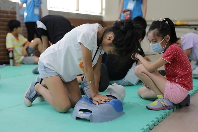 兒童教育營夯 啟蒙小朋友的醫學知識 | 學童進行CPR演練。台灣健康教育推廣協會提供