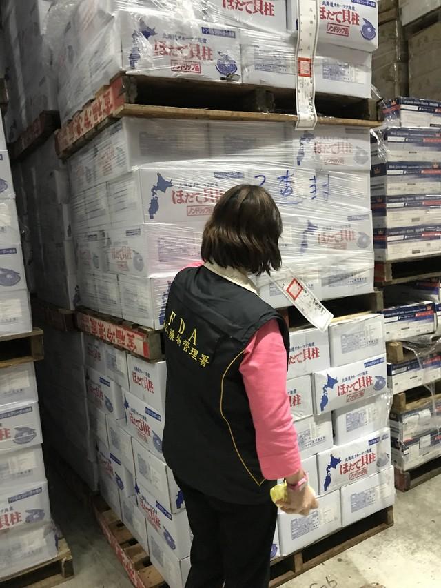 惡劣! 食品行偽造認證貼紙 低價干貝高價賣   稽查人員現場封存偽造品