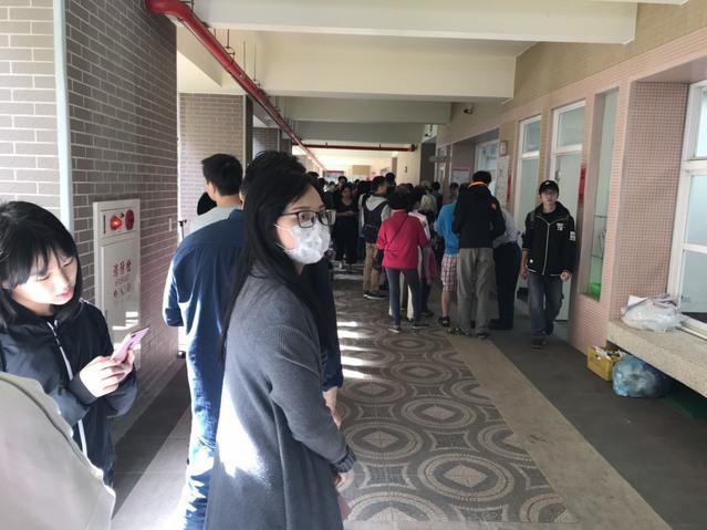 投票大塞車! 網怒:當我時間多啊 | 新北市三重區碧華國小投票人潮 (張心 攝)