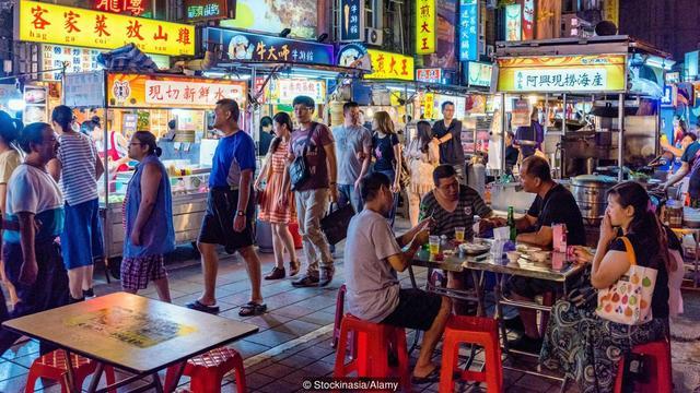 阿豆仔帶你吃! BBC:臺灣人對吃很執著 | 臺灣獨特的夜市文化起源於1950年代。(圖片來源:Stockinasia/Alamy)